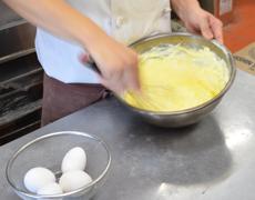 パン生地作りの様子:小麦粉や水、イースト菌などを混ぜていきます。